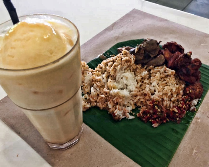 Warung Cikgu serves rice mixed with chicken curry gravy, sambal and fried tumeric chicken cut into small pieces Photo: Warung Cikgu Puchong Facebook page: