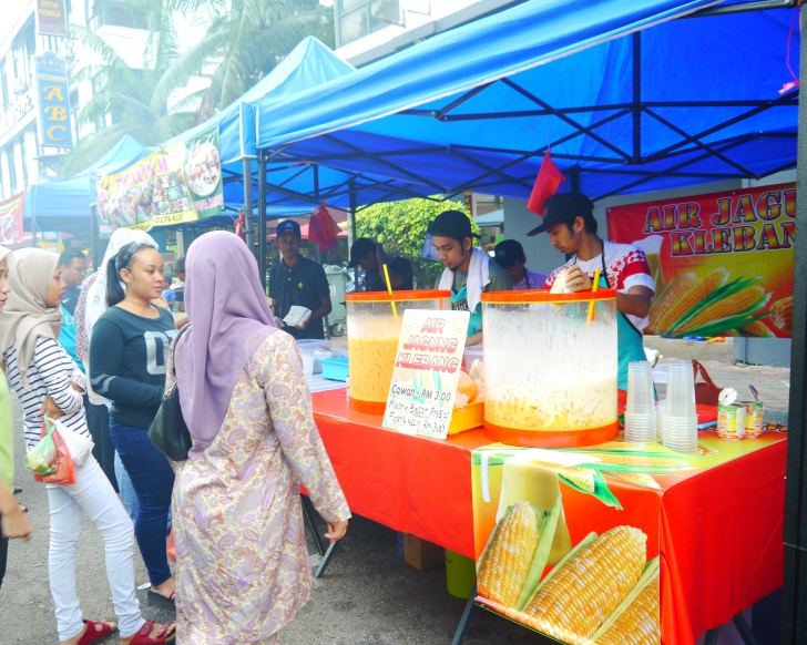 Puchongites swear the drink stall here serves on of the best Air Jagung. Photo: Khalil Adis